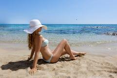 детеныши женщины пляжа сидя Стоковая Фотография