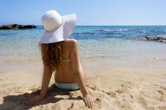 детеныши женщины пляжа сидя Стоковое Фото