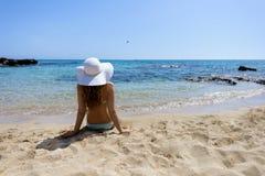 детеныши женщины пляжа сидя Стоковые Фотографии RF