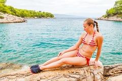 детеныши женщины пляжа сидя Стоковое Изображение