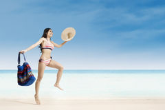 детеныши женщины пляжа скача Стоковое Фото