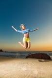 детеныши женщины пляжа счастливые скача Стоковые Изображения RF