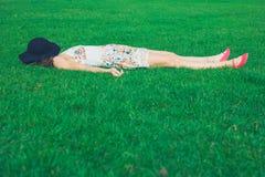 детеныши женщины травы лежа Стоковое Изображение RF