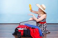 детеныши женщины чемодана упаковки Стоковая Фотография RF