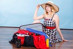 детеныши женщины чемодана упаковки Стоковое Изображение RF