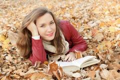 детеныши женщины чтения парка книги Стоковое Изображение RF