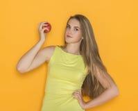 детеныши женщины яблока привлекательные Стоковые Изображения