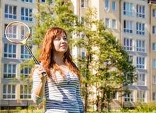 детеныши женщины badminton красивейшие играя Стоковая Фотография
