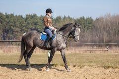 детеныши женщины riding лошади Стоковое Изображение