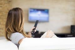 детеныши женщины tv наблюдая Стоковые Изображения RF