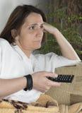 детеныши женщины tv наблюдая стоковые фото