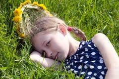 детеныши зеленого цвета травы девушки лежа стоковая фотография rf