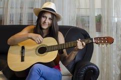 детеныши изолята гитары девушки белые стоковые изображения