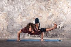 детеныши йоги человека практикуя Стоковые Фото