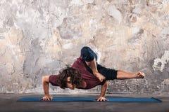 детеныши йоги человека практикуя Стоковые Изображения
