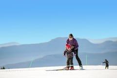 детеныши каникулы лыжи мати дочи стоковые изображения rf