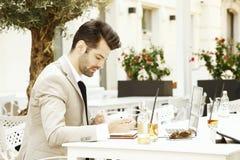 детеныши компьтер-книжки бизнесмена работая Стоковое Изображение RF
