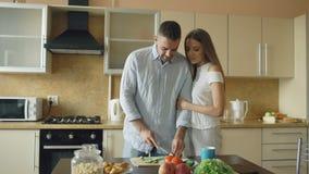 детеныши кухни пар счастливые Красивая встреча человека и подает его подруга рано утром акции видеоматериалы