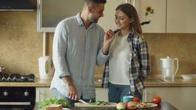 детеныши кухни пар счастливые Красивая встреча человека и подает его подруга рано утром сток-видео