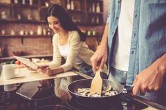детеныши кухни пар Стоковые Фотографии RF