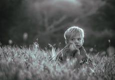 детеныши мальчика думая стоковая фотография