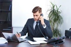 детеныши низкого офиса dof бизнесмена работая Стоковые Изображения RF