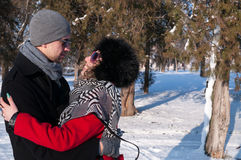 детеныши обнимать пар Outdoors зима Стоковые Изображения RF