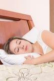 детеныши довольно спать девушки Стоковые Изображения RF