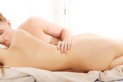 детеныши пар кровати лежа Стоковое фото RF