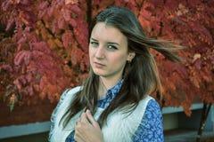 детеныши портрета парка девушки Стоковое Фото