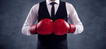 детеныши положения человека бизнесмена бокса предпосылки стоя белые Стоковая Фотография RF