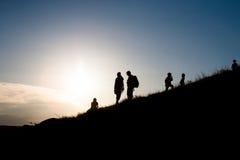 детеныши прогулки семьи Стоковые Фото