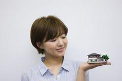 детеныши реальной женщины модели дома удерживания имущества принципиальной схемы Стоковая Фотография RF