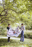 детеныши семьи счастливые играя Стоковые Фотографии RF