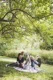 детеныши семьи счастливые играя Стоковое Изображение RF