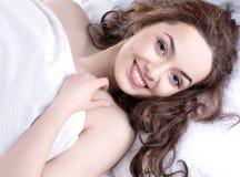 детеныши спать портрета подушки девушки Стоковые Изображения RF