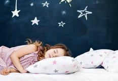 детеныши спать ребенка стоковые фото