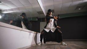 детеныши студии девушки танцы Она репетирует Напрактикованное движение для ног, по мере того как она скоро тазобедренная конкурен видеоматериал