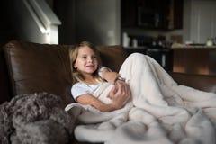 детеныши телевидения девушки наблюдая Стоковые Изображения