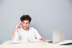 детеныши телефона бизнесмена говоря Стоковое Фото