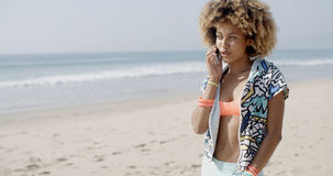 детеныши телефона девушки говоря Стоковые Фото