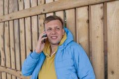 детеныши телефона человека говоря использование телефона человека франтовское Стоковые Изображения
