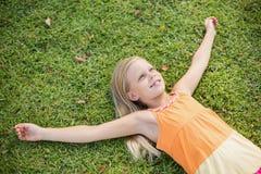 детеныши травы девушки лежа Стоковое Изображение