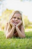 детеныши травы девушки лежа Стоковые Изображения RF