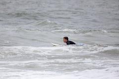 детеныши человека занимаясь серфингом Стоковая Фотография RF