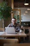 детеныши человека кофе выпивая Стоковое фото RF