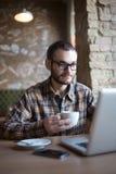 детеныши человека кофе выпивая Стоковое Изображение