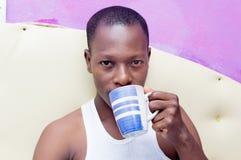 детеныши человека кофе выпивая Стоковые Изображения RF