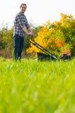 детеныши человека травы кося Стоковое Фото
