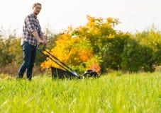 детеныши человека травы кося Стоковые Изображения RF